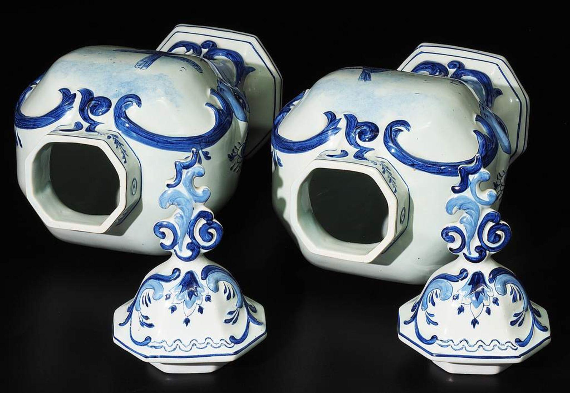 Paar Deckelvasen, Fayence, Blaumalerei. - Image 5 of 7
