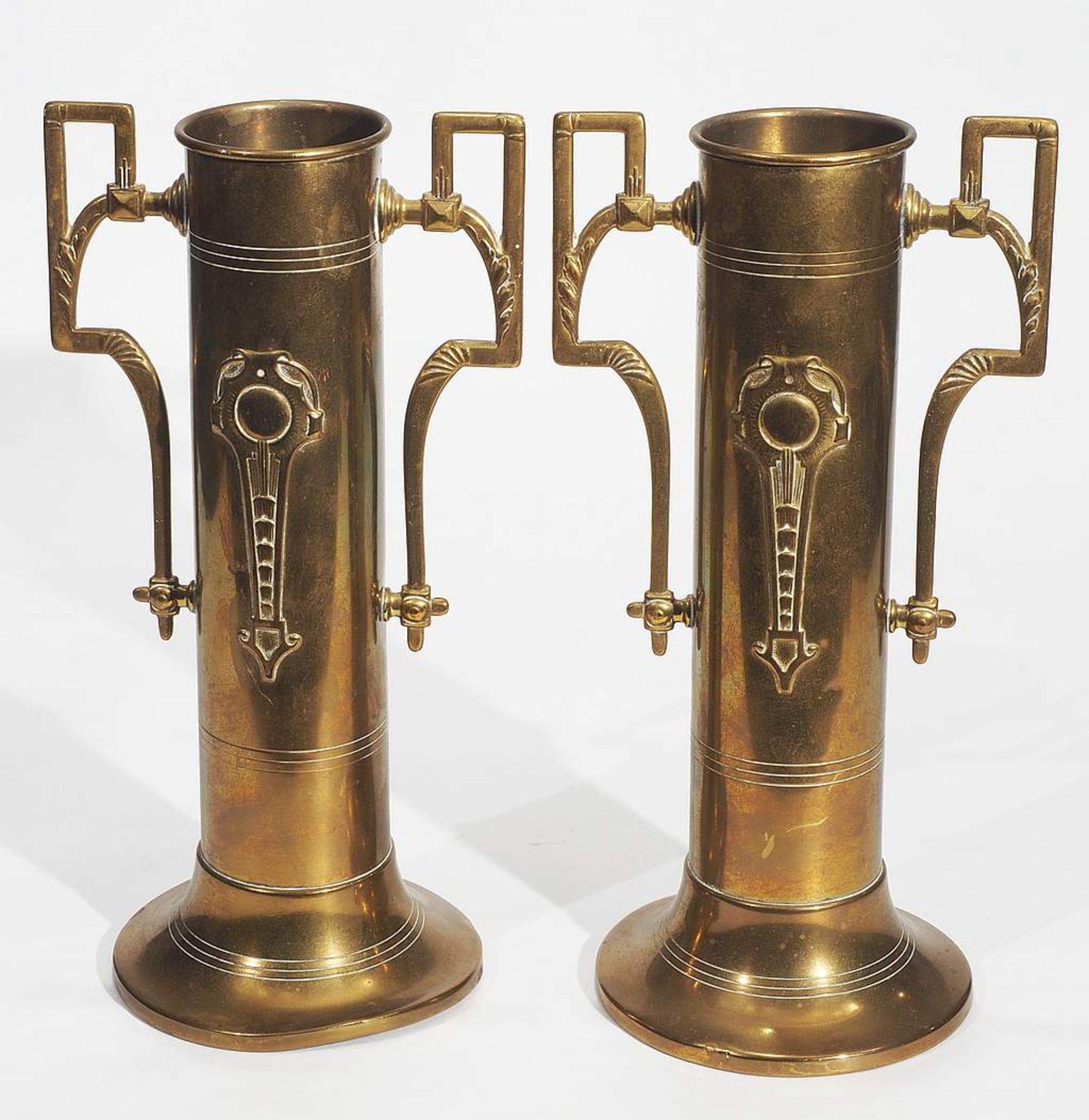 Vierteiliges Messing-Konvolut: Kerzenleuchter, Paar Vasen, oval/runde Schale. 20. Jahrhundert. - Image 3 of 7