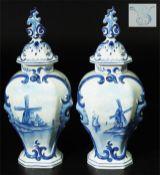Paar Deckelvasen, Fayence, Blaumalerei.