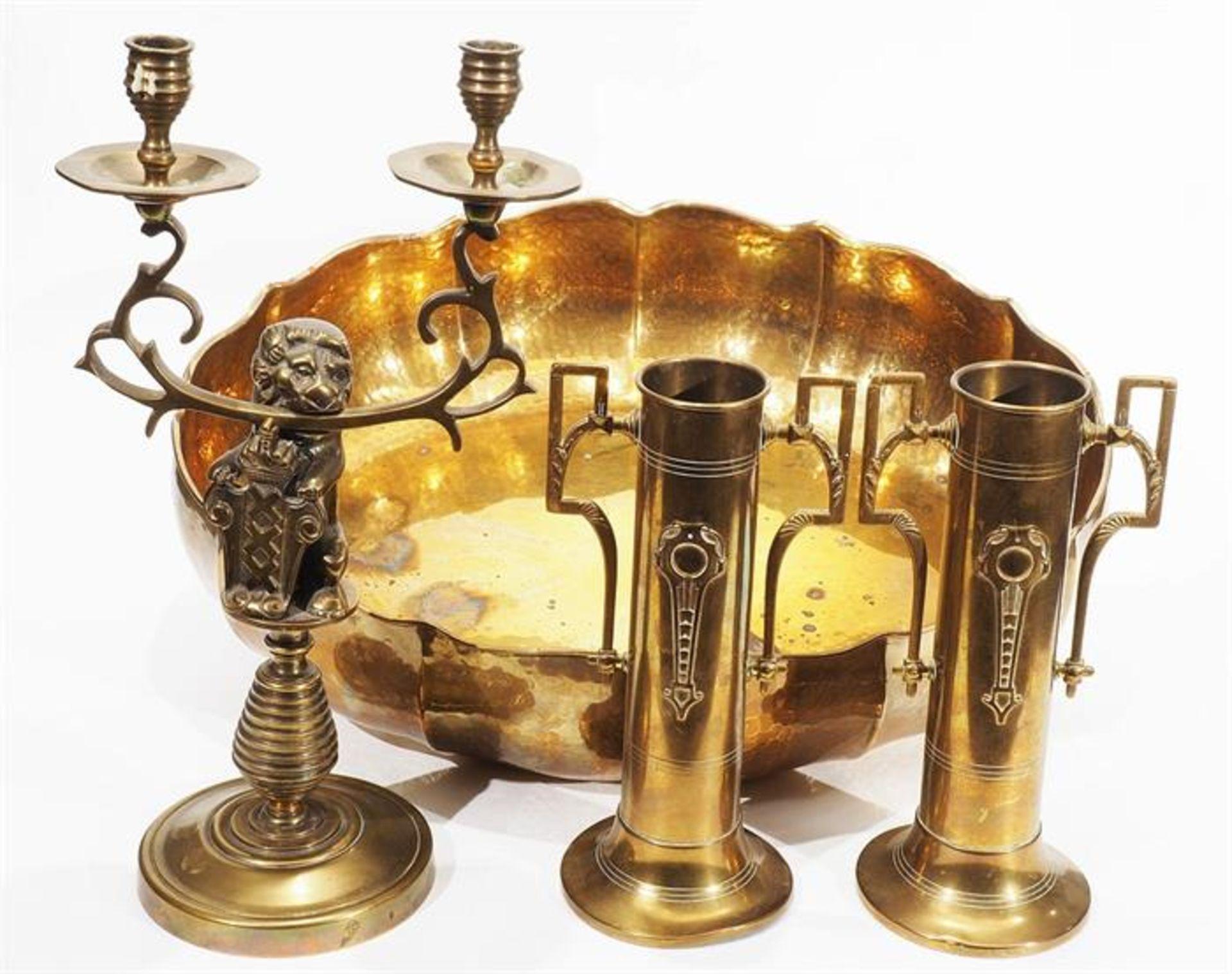 Vierteiliges Messing-Konvolut: Kerzenleuchter, Paar Vasen, oval/runde Schale. 20. Jahrhundert.