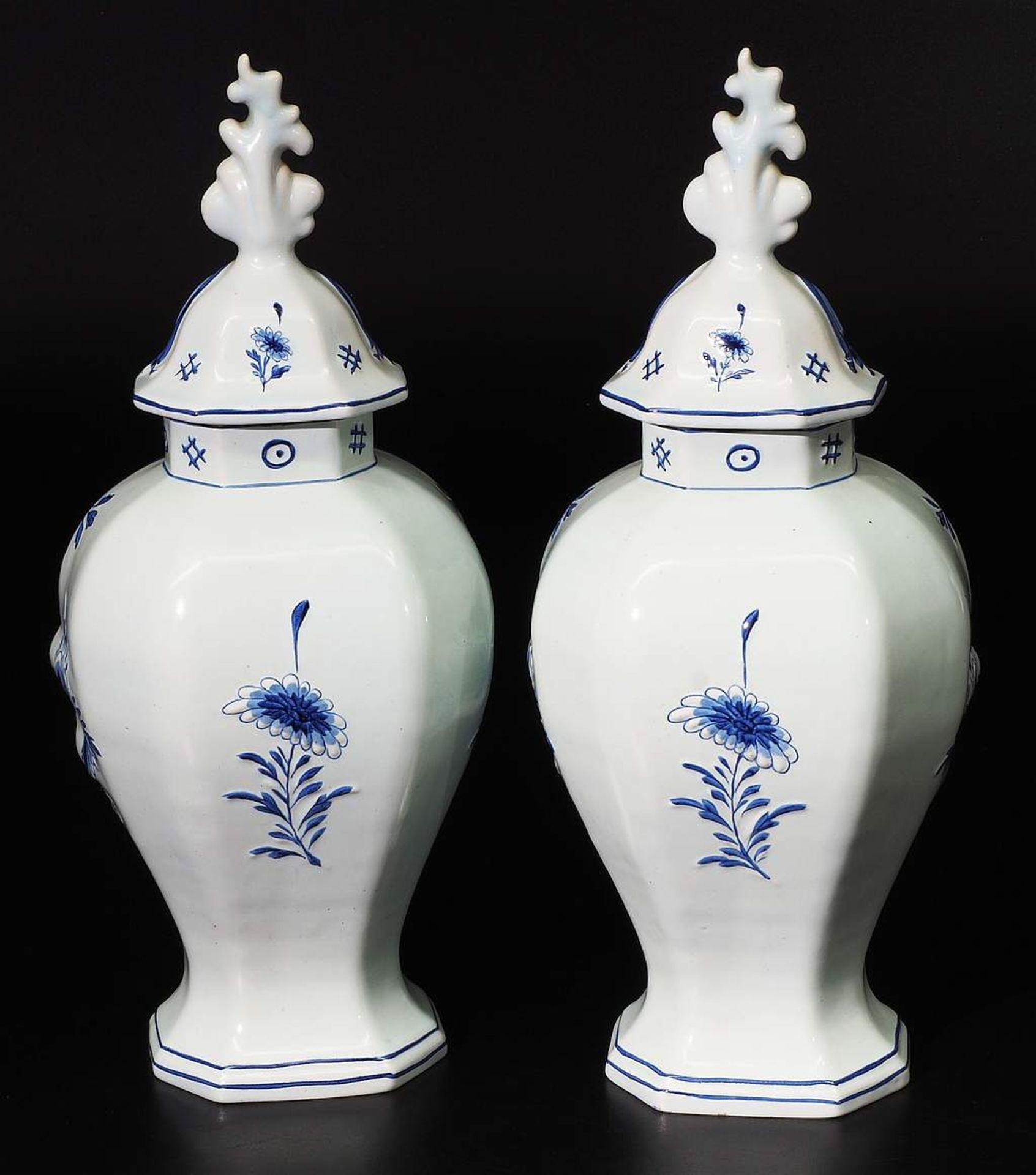 Paar Deckelvasen, Fayence, Blaumalerei. - Image 4 of 7