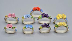 Porzellan Serviettenringe mit feinen modellierten Blüten, 9 Stück, handbemalt, kleine Beschädigunge
