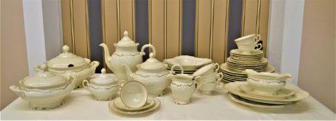KPM A.D.1831 Friederike Kaffee-Speiseservice für 6 Personen elfenbein mit Goldrand, vereinzelt könn