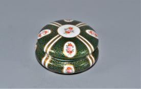 Porzellan Dose handbemalt, Herstellermarke Bienenkorb im Lorbeerkranz grün, Ø ca. 8,5cm