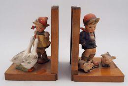 """1 Pendant Buchstützen Holz u.a. jew. m. Hummelfigur """"Gänseliesel"""" """"Schweinehirte""""H."""
