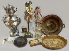 1 Konv. Sammlungsgegenstände: 1 Samowar RONNEFELDT 20. Jh., Metall mit Porzellangriffen, H ca.