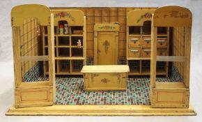 1 Puppenstuben-Kaufladen wohl um 1920, Holz mit Tapete, min. bemalt Front aufklappbar,