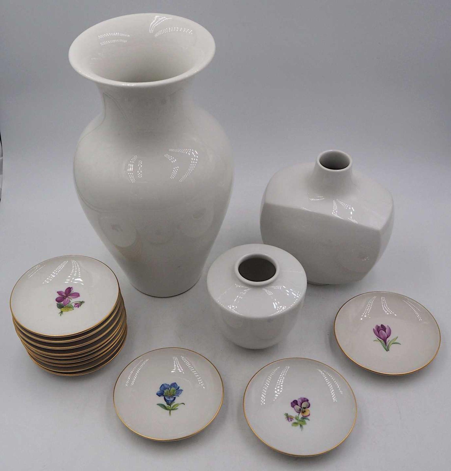 1 Konv. Porzellan KPM 20. Jh.: 3 Vasen versch. Formen/Größen bis H ca. 28cm sowie 12