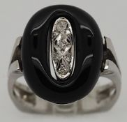 1 Damenring WG 14ct. Onyx, Brill., ca. Ringgröße 53