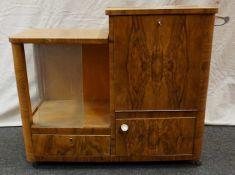 1 Barschrank wohl 1950er/1960er Jahre Korpus aufklappbar mit verglaster Minibar, Schub