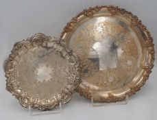 1 Konv. Platten Metall versilbert im Rokokostil-Dekor, bis D ca. 31cm 1 Hummelfigur GO
