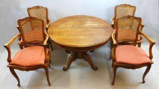 1 Tisch 20. Jh., Holz rund mit zentralem Fuß, beschnitzt mit Volutendekor, D ca. 111c
