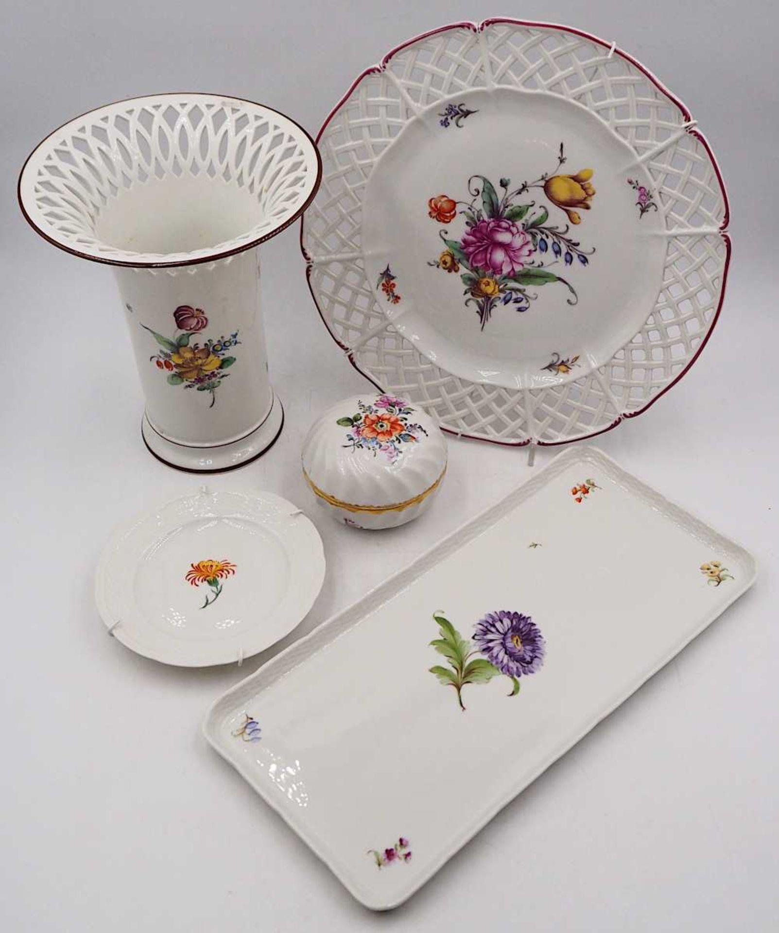 1 Konv. Porzellan NYMPHENBURG, versch. Serien und Muster vor allem weiß mit Blumendekor <br