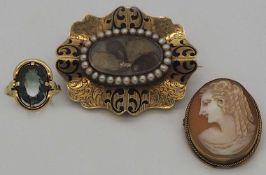 1 Konv. Schmuck z.T. um 1850 der Familie WELCH, wohl England mit Perlen, Federn u.a.,