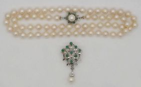 1 Perlenkette Verschluss WG 14ct. wohl Smaragde sowie 1 Brosche/ Anhänger unles. gest