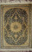 1 Seidenbrücke Iran 20. Jh. Mittelfeld blaugrundig mit floralem Dekor mit rautenförm