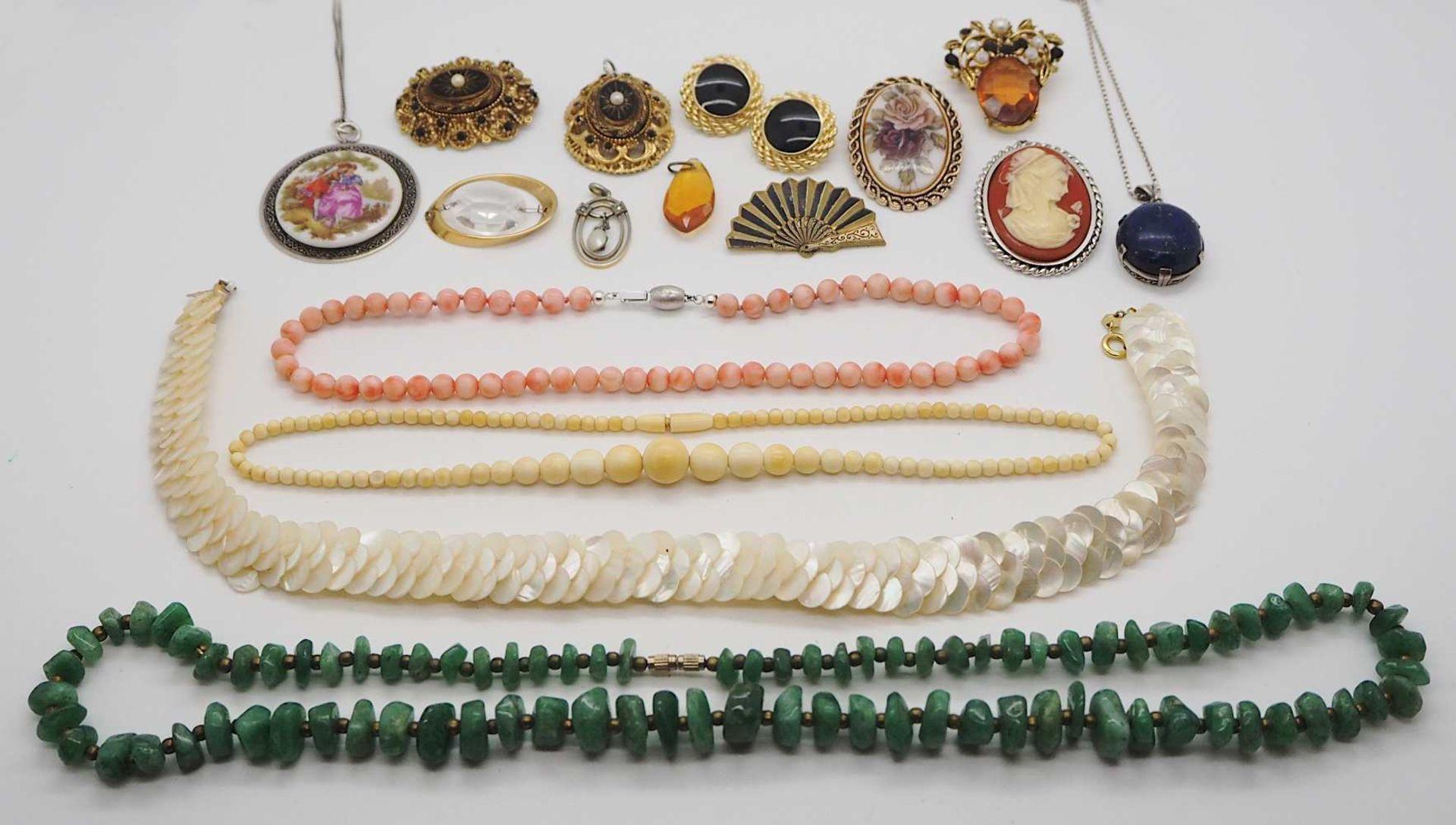 1 Konv. Schmuck Silber/Mode u.a. Edelsteine, Koralle u.a., in der Holzschatulle