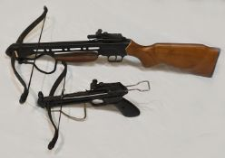 1 Armbrustgewehr MK, L ca. 78cm Spannmechanismus fehlt sowie 1 Armbrustpistole aus Tai