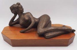 """1 Bronzefigur """"Liegender Damenakt"""" 20. Jh. rückseitig monogrammiert GK Gießereistemp"""