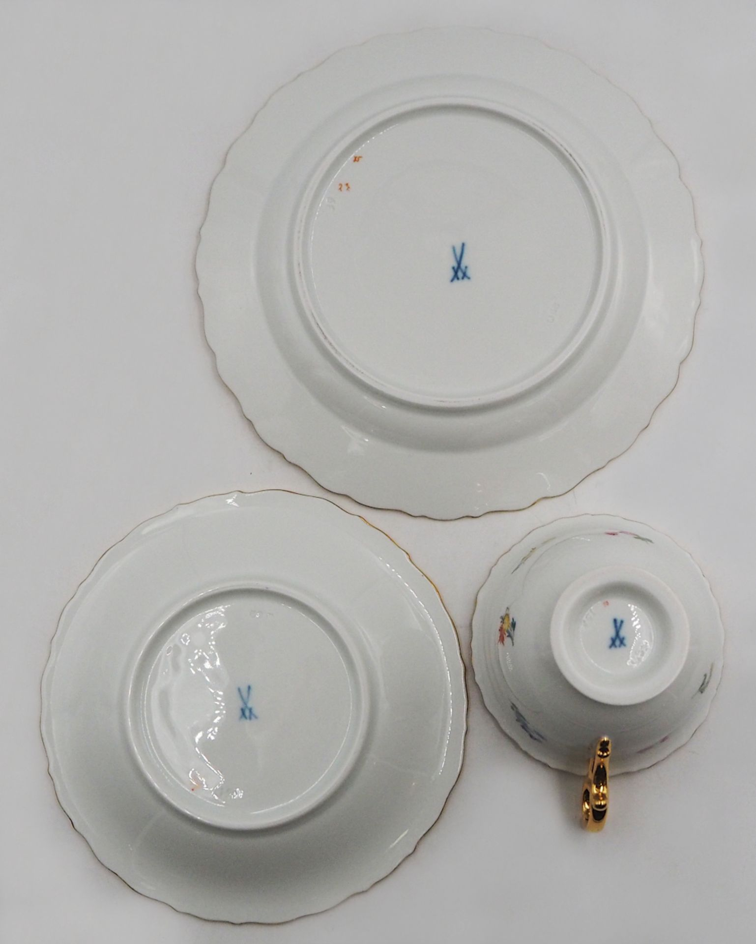 """12 Gedecke Porzellan MEISSEN z.T. um 1900 je mit gepresster Modellnummer """"U62/68"""" u.a. - Bild 2 aus 3"""