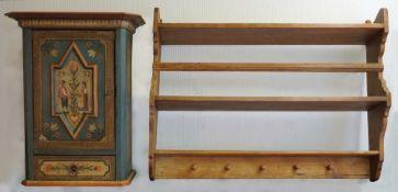 1 Konv. Kleinmöbel wohl Anfang 20. Jh. 1 Hängeschrank Holz bemalt, 1-türig, in Bast