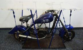 "1 Beistelltisch mit eingebautem Miniatur-Motorrad ""CYCLONE TT"" H ca. 65cm, L ca. 116cm"