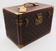 1 Beautycase LOUIS VUITTON num. 1059718, mit innenliegender Spiegelschatulle, Einlegeb