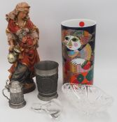 1 großes Konv. Dekorationsobjekte: Zinn nztl. mit Kannen, Becher, Tischuhr u.a. Gläs
