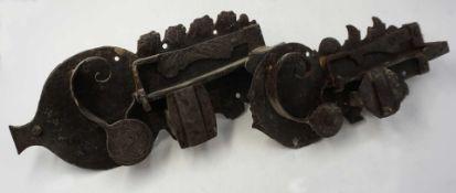 2 Türbeschläge/-schlösser Metall wohl 18./19. Jh. mit floralem Dekor, L ca. 28/22cm