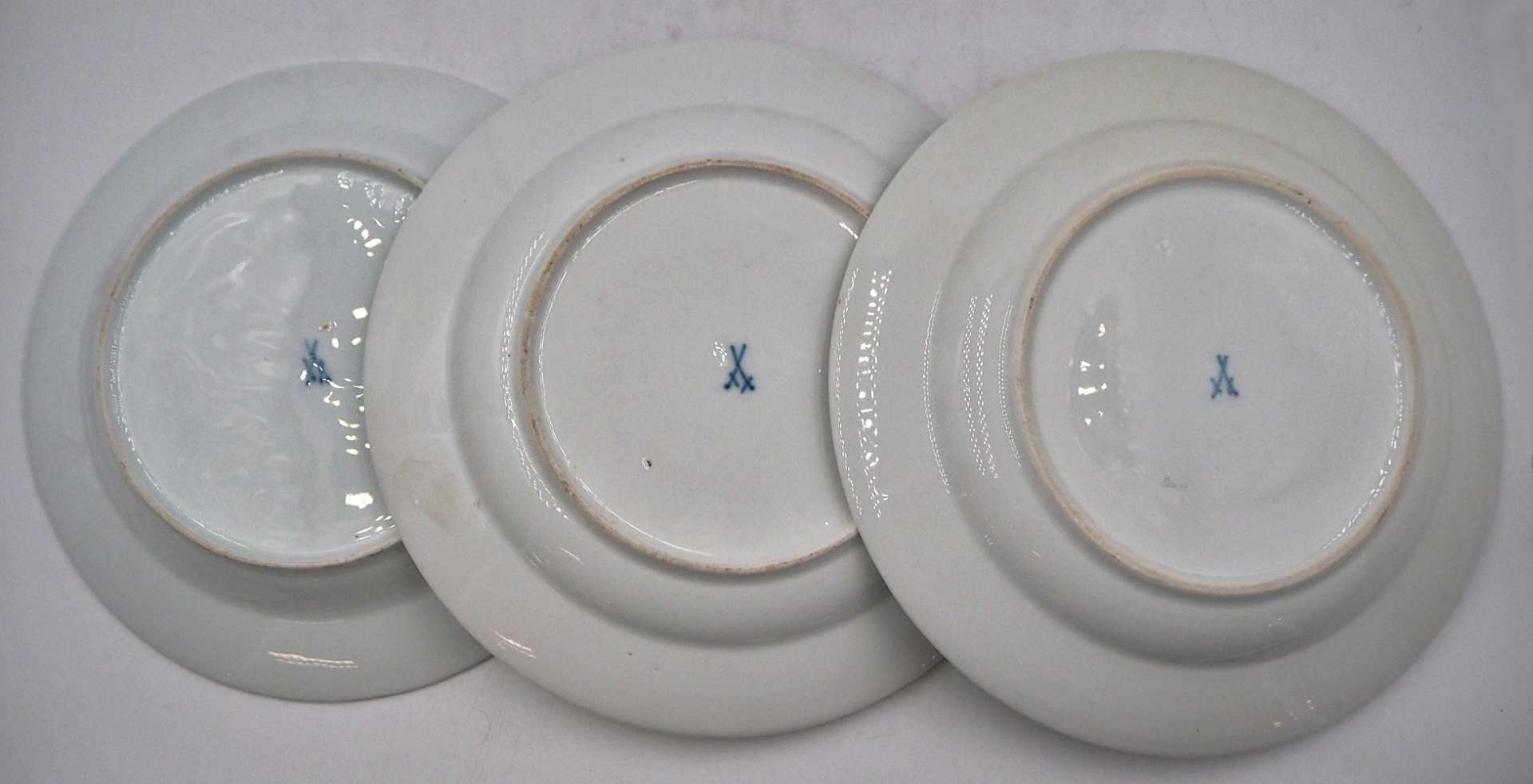 3 Teller Porzellan MEISSEN wohl Ende 19./Anfang 20. Jh. je mit unterglasurblauer Knauf - Bild 2 aus 2