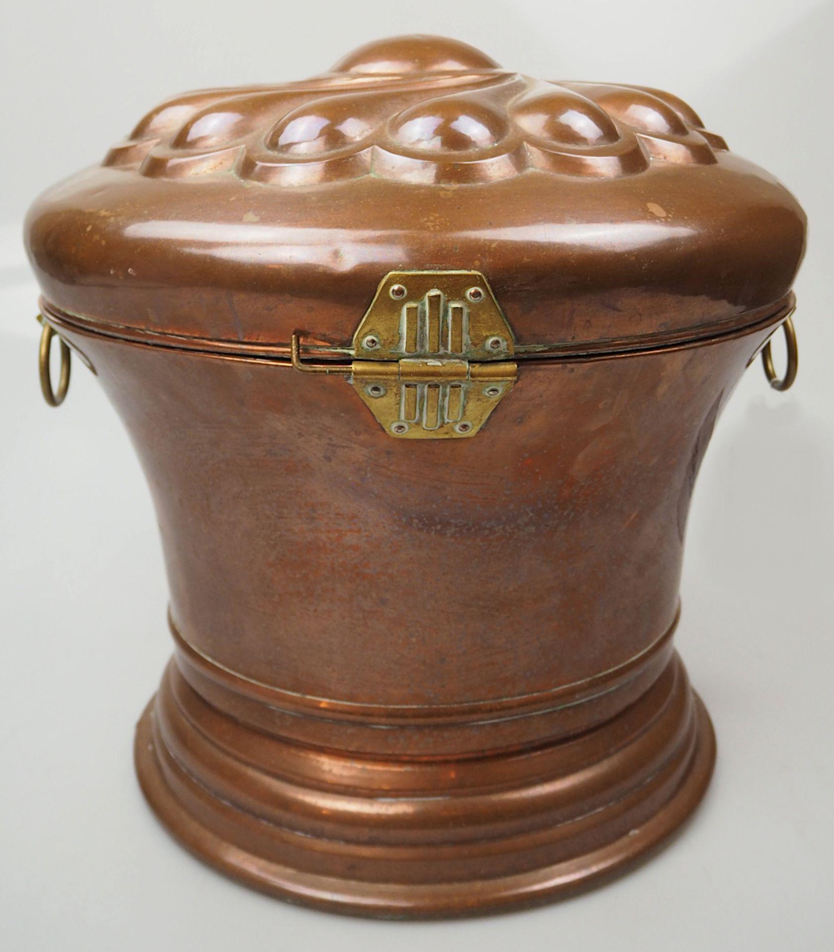 1 Kupferbrotkessel wohl 19. Jh. mit Messingapplikationen auf Deckel godronierter gedre - Bild 3 aus 5
