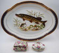 """1 Fischplatte LIMOGES, Frankreich """"Hecht"""" goldstaffiert L ca. 41cm sowie 2 Deckeldosen"""
