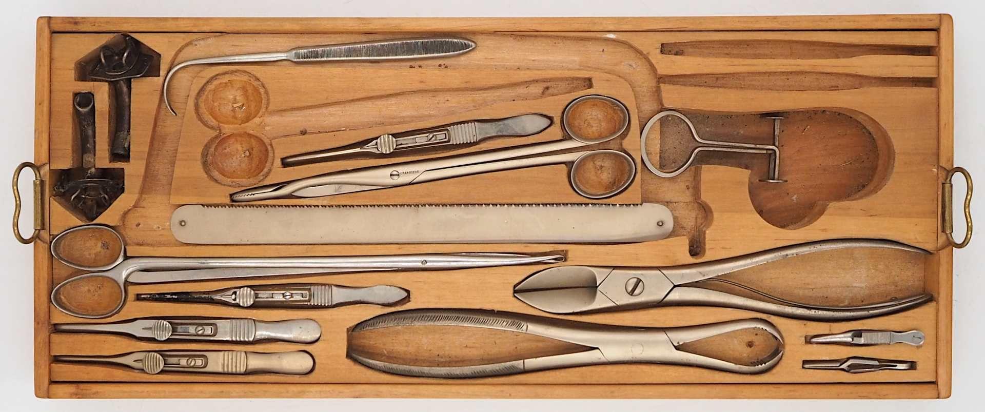 1 Holztragekoffer mit chirurgischen Instrumenten R. DETERT, Berlin, 20. Jh. mit chirur - Bild 3 aus 3
