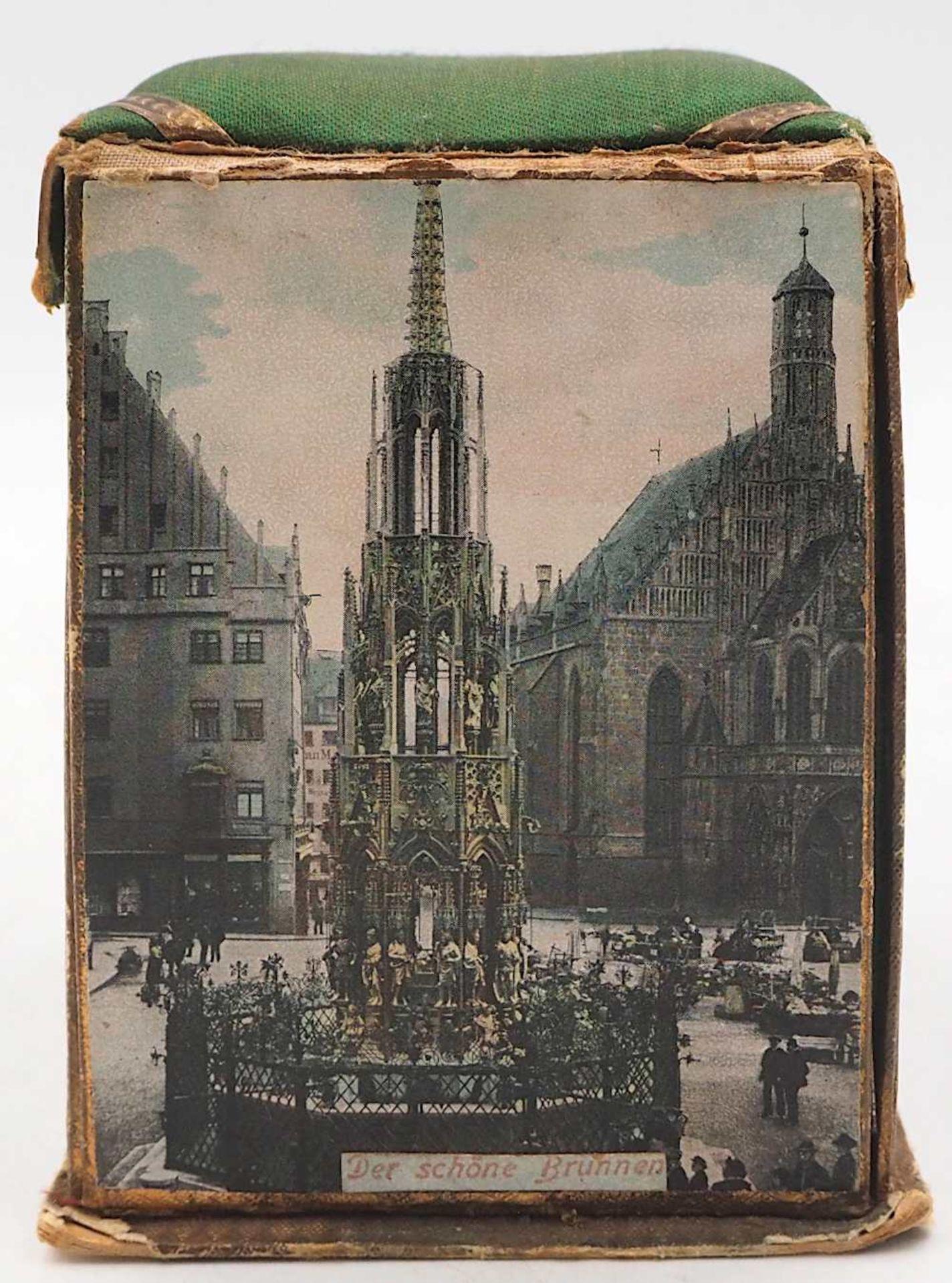 1 Reisenähset wohl um 1900 bedruckte Pappe/Stoff, aufklappbar, auf Wandung Nürnberge - Bild 4 aus 5