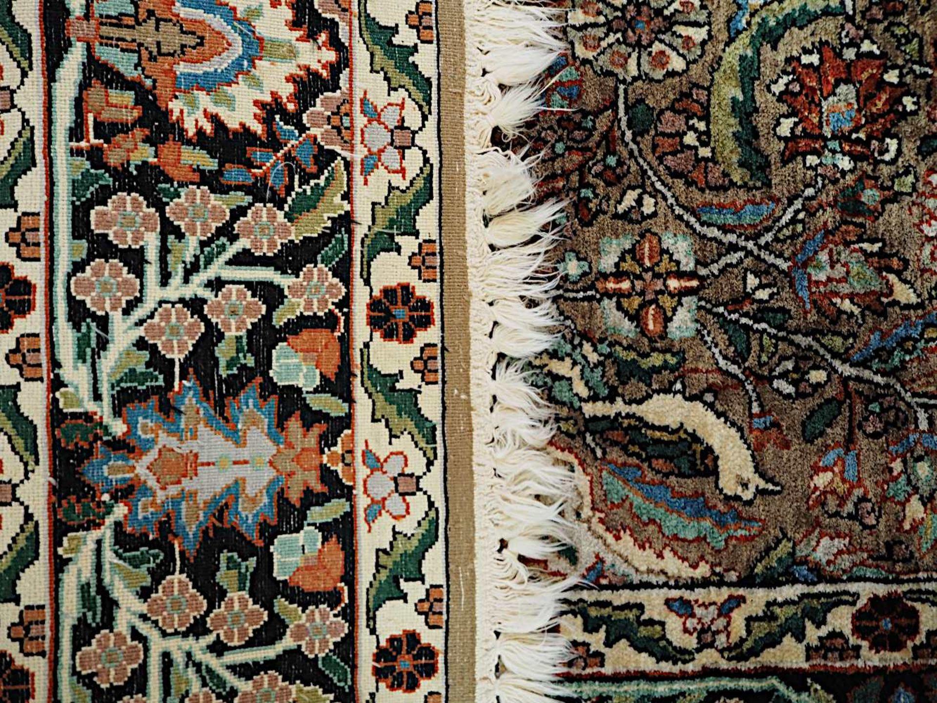 1 Orientbrücke Seide beigegrundig floraler/Vogeldekor, Mittelmedaillon, ca. 194x123cm - Bild 2 aus 2