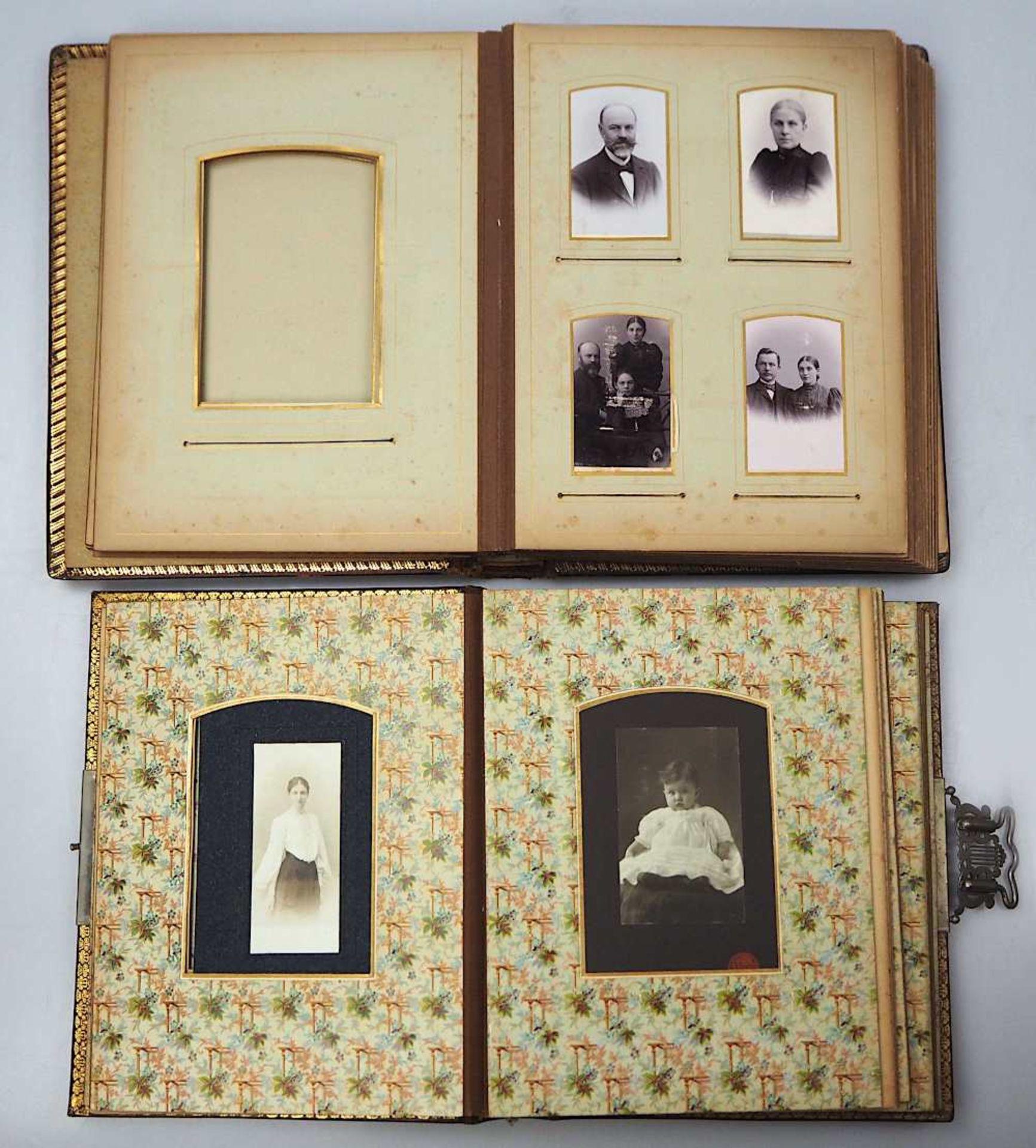 2 Fotoalben Anfang 20. Jh. mit Goldschnitt und reliefiertem Prägedekor z.T. gefüllt - Bild 2 aus 3