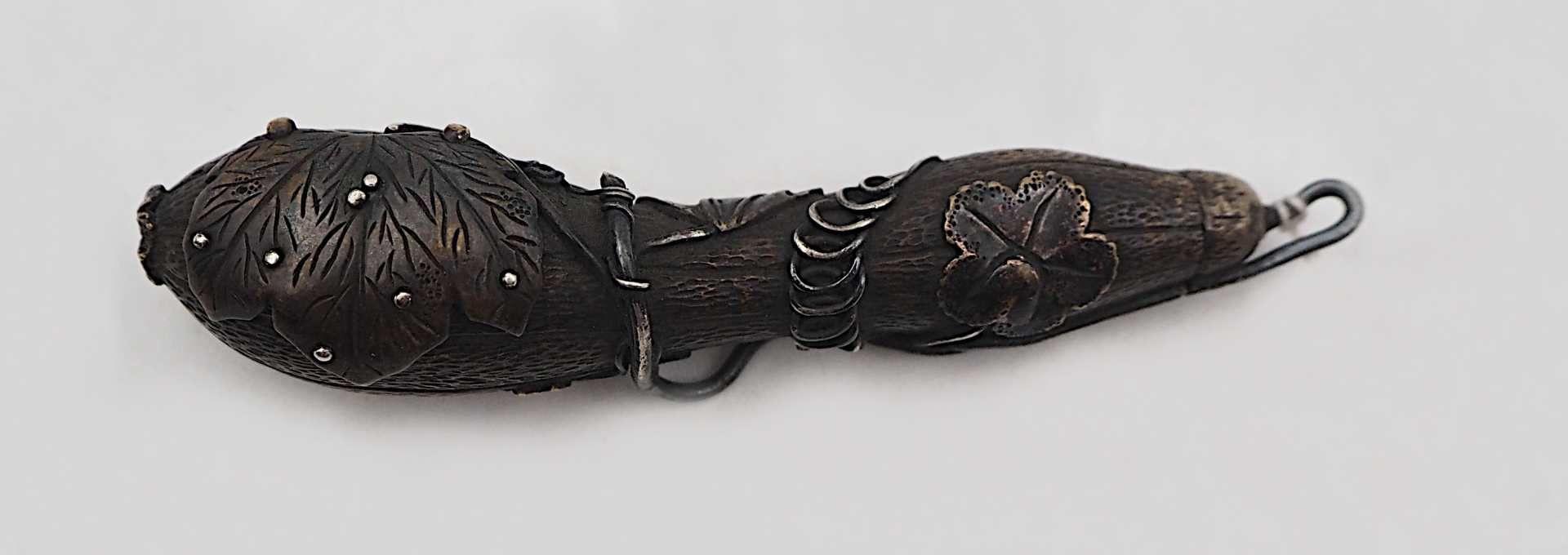 1 Behältnis wohl Japan Meiji-Zeit in Zucchini-Form Metall, 1 Blatt aufklappbar, Spitz