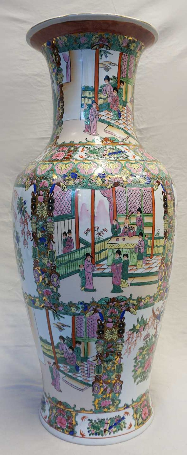 1 Bodenvase Porzellan China 20. Jh. Wandung mit leicht platischem Dekor auf weißem Fo