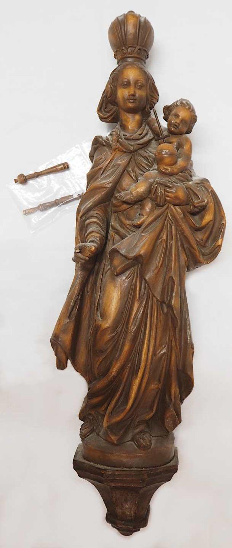 "1 Konv. Sammlungsgegenstände 20. Jh.: 1 Holzfigur/Wandapplike ""Madonna mit Kind"" H ca"