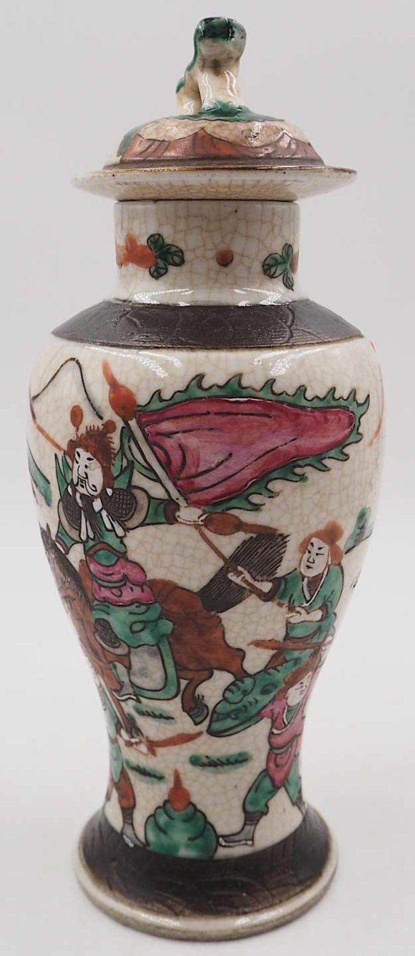 """1 kleine Deckelvase Porzellan, auf Boden mit Klebezettel bezeichnet: """"Ch'êng hua"""