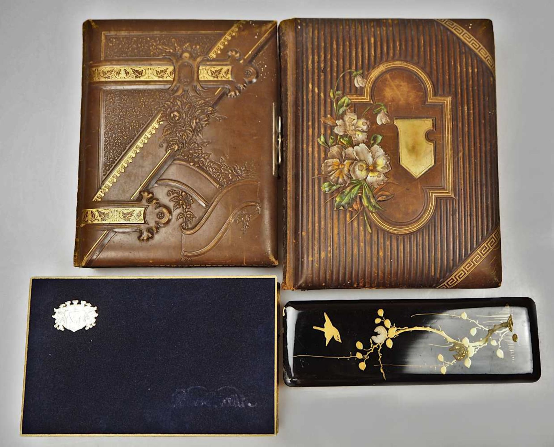 2 Fotoalben Anfang 20. Jh. mit Goldschnitt und reliefiertem Prägedekor z.T. gefüllt