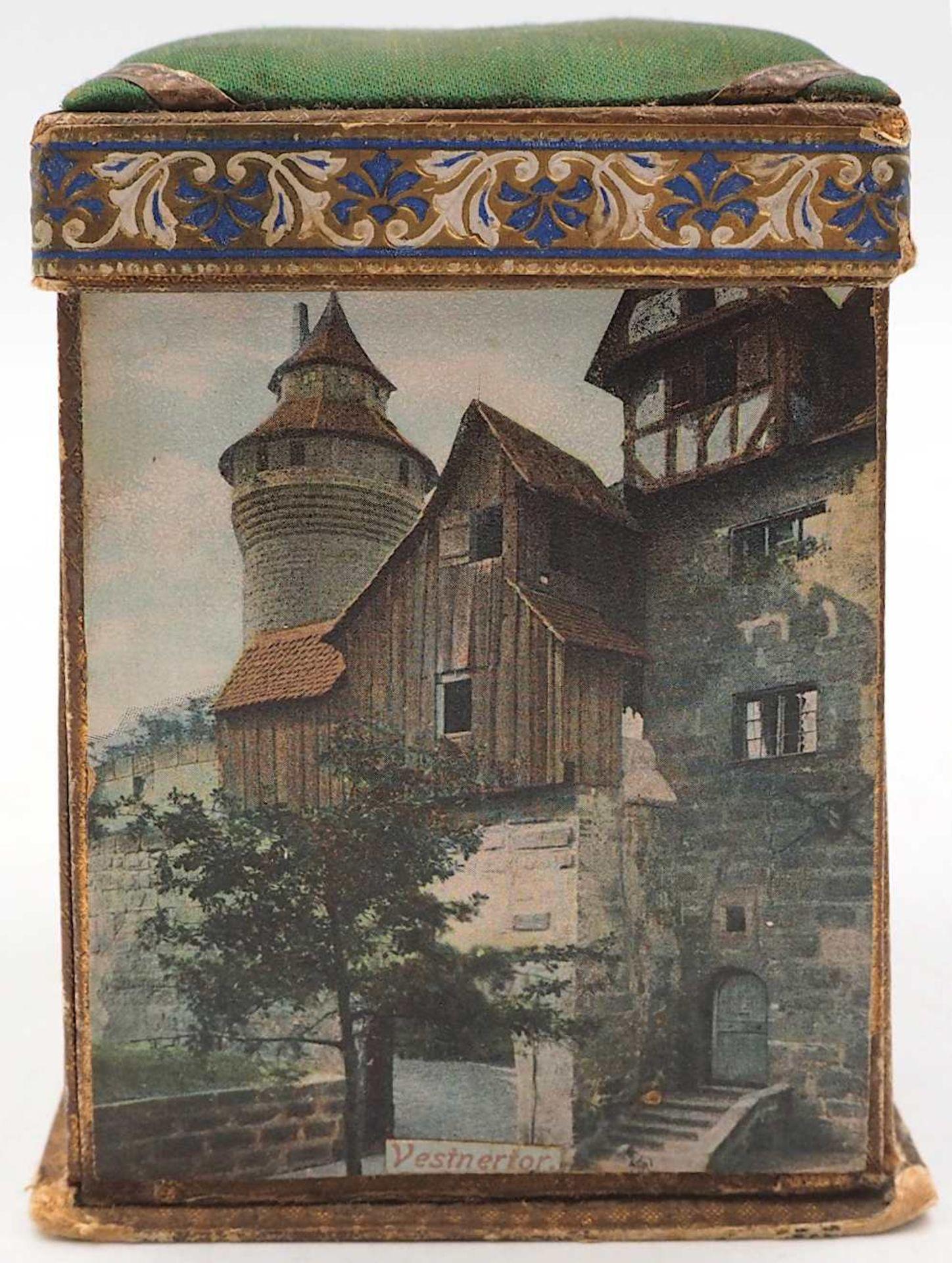 1 Reisenähset wohl um 1900 bedruckte Pappe/Stoff, aufklappbar, auf Wandung Nürnberge