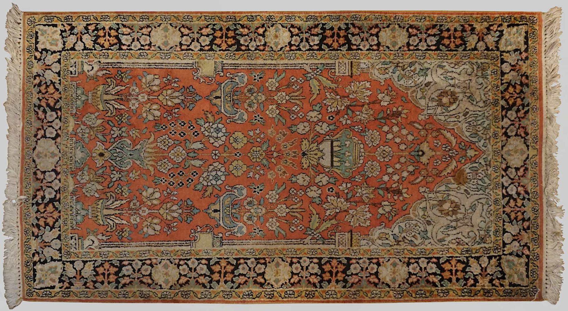 1 Orientteppich TÄBRIZ, wohl Seide, 20. Jh. Mittelfeld hellbraungrundig, mit blaupetr - Bild 2 aus 2