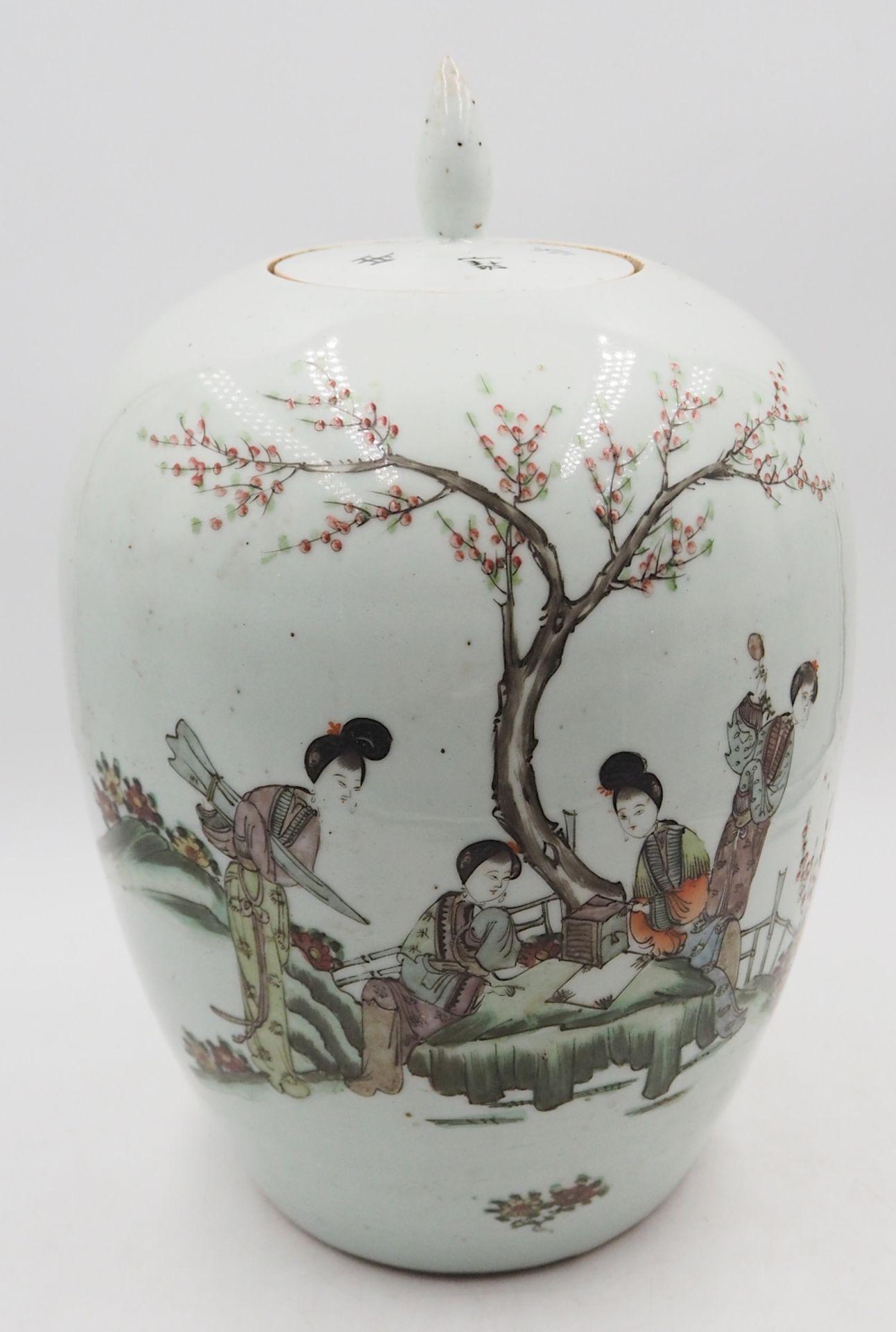 """1 Deckelvase Porzellan beige-/hellgraugrundig, mit japanischem Dekor """"Frauen beim Kirschblütenf - Bild 2 aus 6"""