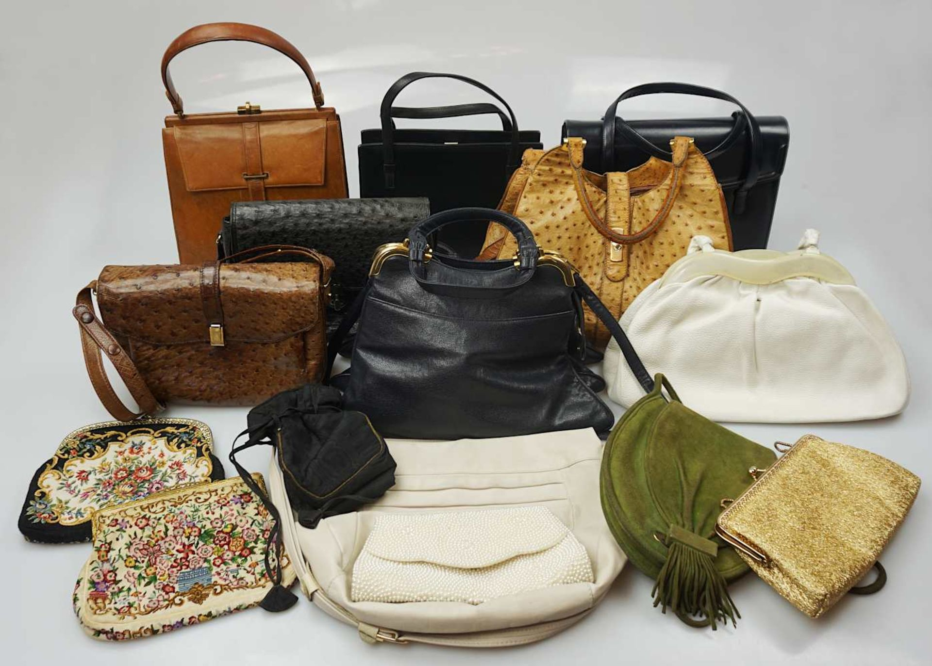 1 Konv. Hand-/Abendtaschen Straußenleder, Leder, Textil u.a. Gsp.