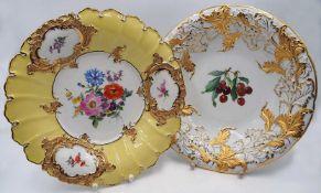 "2 Prunkteller Porzellan MEISSEN Knaufschwerter, Spiegel jew. bemalt, ""Kirschen-/Blütendekor"",</"