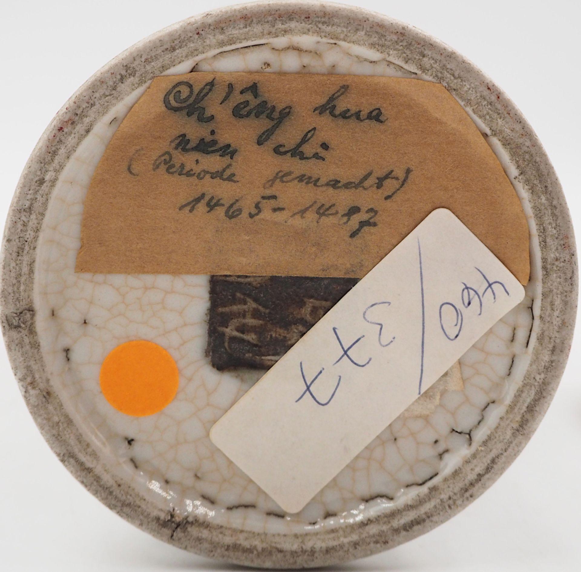 """1 kleine Deckelvase Porzellan, auf Boden mit Klebezettel bezeichnet: """"Ch'êng hua - Bild 2 aus 4"""