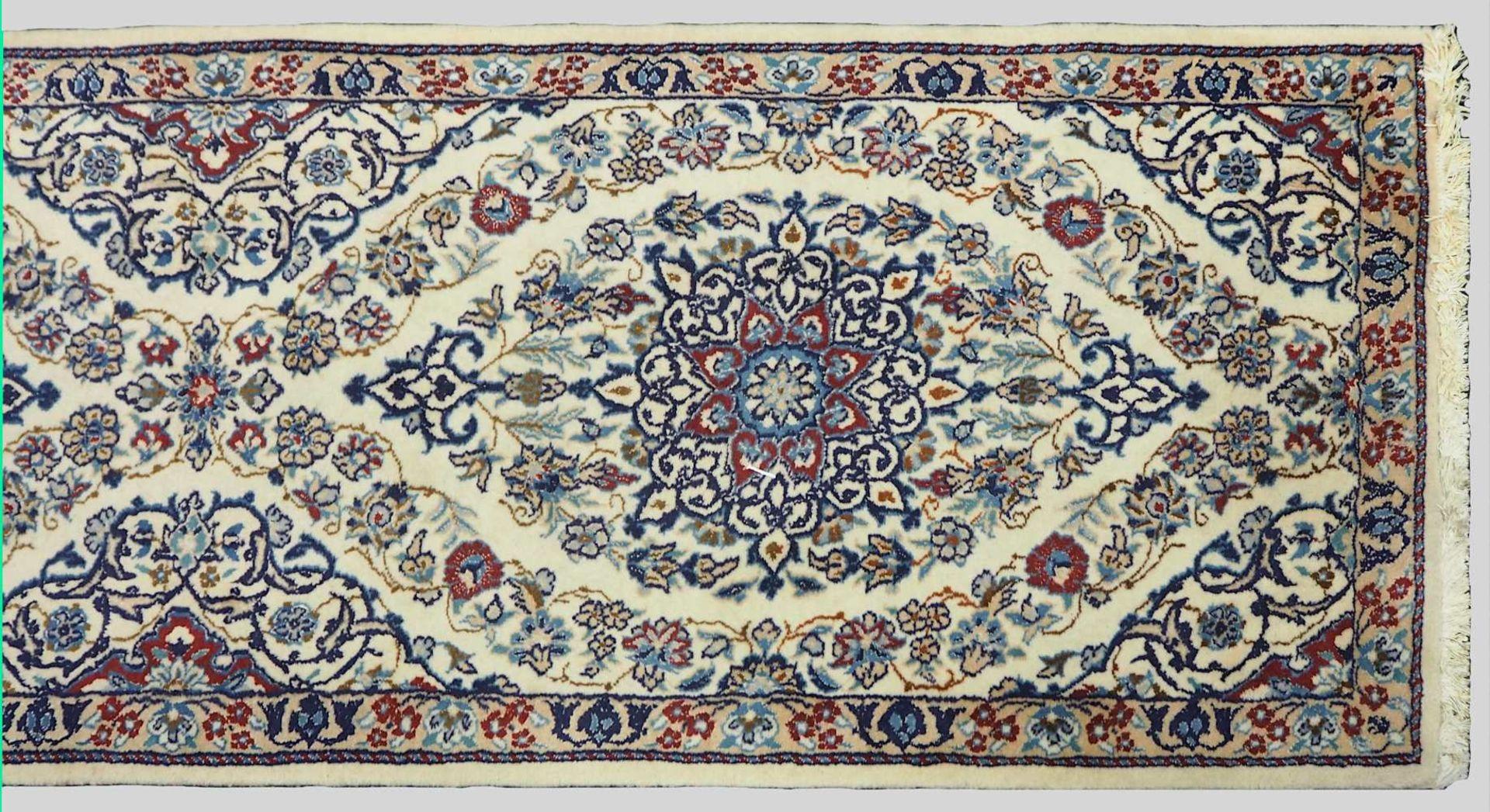 1 Orientgalerie wohl NAIN, 20. Jh. beigegrundig, Mittelfeld mit Blumengirlanden- und M - Bild 2 aus 2