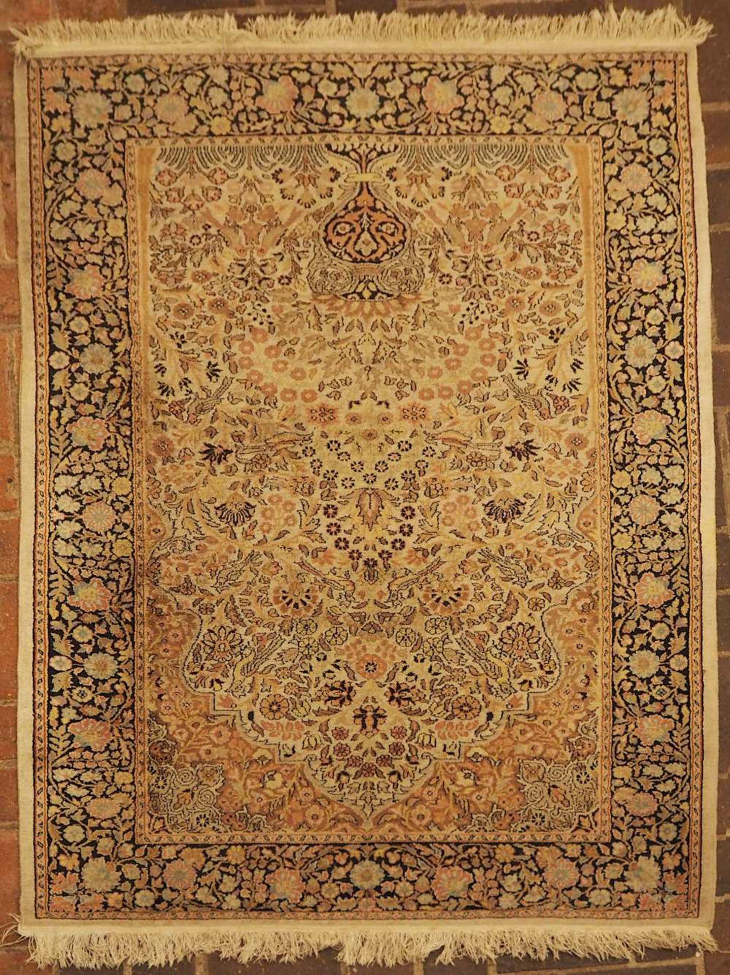 1 Orientteppich 20. Jh., Mittelfeld beigegrundig mit reichem floralem Dekor Randbordü - Bild 2 aus 2