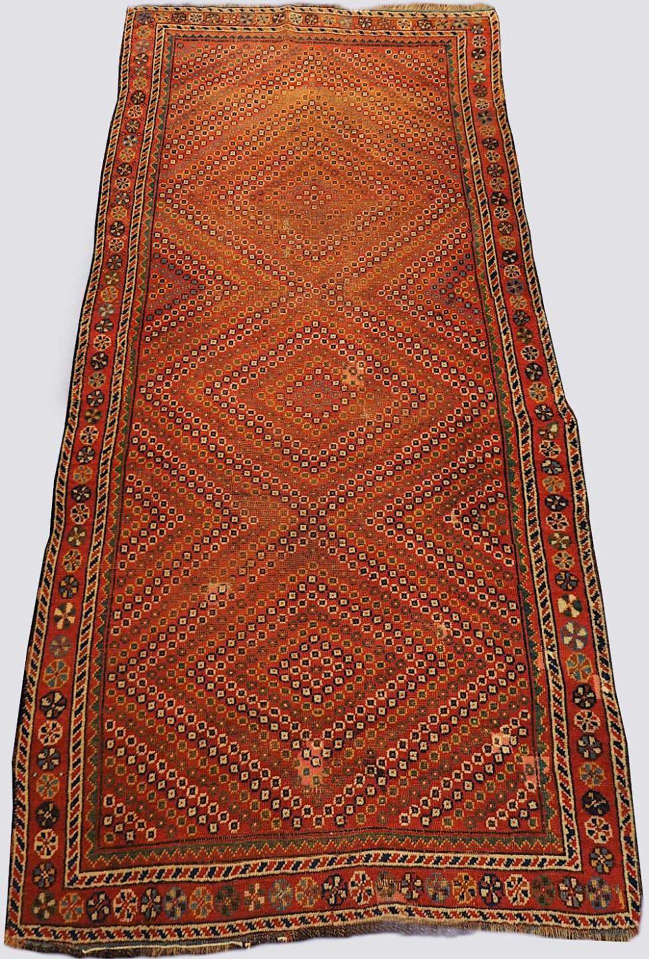 1 Orientteppich rotgrundig, Mittelfeld mit rautenförmigem geometrisch- floralem Dekor, 20. Jh.< - Bild 3 aus 3